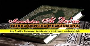 Memuliakan Al Qur'an Bukan Dengan Menciumnya